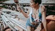 Cô nàng khoe vòng 1 căng tràn sức sống bên xưởng sửa xe