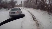 Xe hơi trôi trên băng tuyết