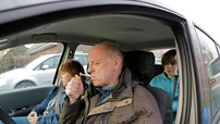 Nguy hại khi hút thuốc lá trong xe hơi