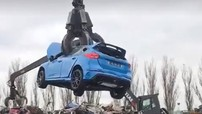 Xem cảnh Ford Focus RS bị nghiền nát tại bãi phế liệu