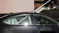 Nữ tài xế thản nhiên lái xe trên đường với biển báo giao thông cắm xuyên qua cửa sổ trời của chiếc Lexus
