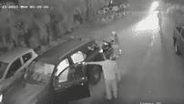 Lùi xe thiếu quan sát tông vào xe máy phía sau, nam tài xế xuống đánh nhau với cô gái bị đâm xe