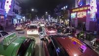 Hà Nội đêm cuối năm 2017: Giao thông tắc nghẽn các điểm trung tâm, giá vé gửi xe tăng 7-8 lần