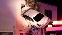 """Tài xế """"phê thuốc"""" lái Nissan Altima đâm vào tầng 2 của phòng khám nha khoa"""