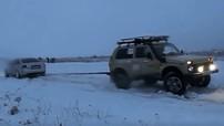 """Xe Đức Audi S6 """"kéo co"""" với ô tô Nga Lada Niva 4x4: Cuộc chiến không cân sức"""