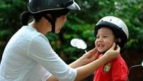 Trẻ từ 6 tuổi ngồi trên xe máy, xe đạp điện bắt buộc phải đội mũ bảo hiểm