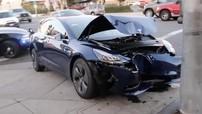 Tesla Model 3 đâm vào cột đèn, nát hết đầu xe nhưng khoang hành khách còn nguyên