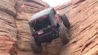 """Choáng với cảnh Jeep Wrangler leo dốc thẳng đứng """"dễ như ăn kẹo"""""""