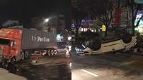 """Quận 12: Xe container gây tai nạn tràn dầu ra đường khiến """"thánh lật"""" Toyota Fortuner """"ngửa bụng"""" trên phố"""