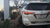 """Bình Thuận: """"Leo tường"""" bất thành, Toyota Fortuner toác đầu, bẹp sườn"""