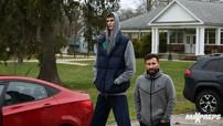 Đây là cách thanh niên cao hơn 2 mét chui vào chiếc Hyundai Accent