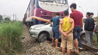 Hưng Yên: Toyota Vios chết máy trên đường ray, bị tàu hỏa đâm trúng
