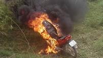 Nam thanh niên đốt xe máy giống Honda Wave để chống đối CSGT