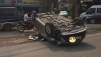 Hà Nội: Toyota Vios vượt ẩu, đâm Mazda CX-5 trước khi lật ngửa