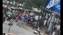 Bán tải đi ngược chiều, lùi xe đâm chết bà cụ đi xe đạp ở Nghệ An