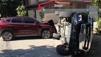 """Nghệ An: Hyundai Tucson tông """"vua bán tải"""" Ford Ranger lật nghiêng"""