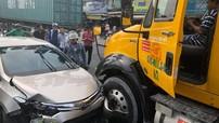 Sài Gòn: Va chạm với xe container, Toyota Vios quay ngược 180 độ