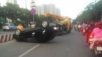 """Ô tô 4 chỗ húc đổ biển báo, """"ngửa bụng"""" trên xa lộ Hà Nội"""