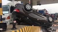 Phú Thọ: Kia Rio lật ngửa ở trạm thu phí, tài xế bất tỉnh