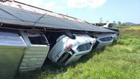 Xe tải chở Nissan X-Trail lật dưới ruộng sau vụ tai nạn liên hoàn tại Nghệ An