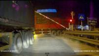 Container cố sang đường, đâm hỏng rào chắn đường sắt