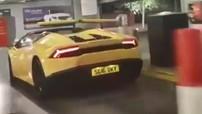 """Với chiều cao """"khiêm tốn"""", siêu xe Lamborghini Huracan mui trần chui qua barrier """"dễ như ăn kẹo"""""""
