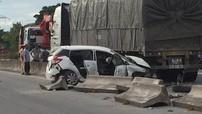Hà Tĩnh: Vượt ô tô tải bất thành, Toyota Yaris húc đổ dải phân cách, biến dạng nặng