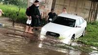 """Mưa lớn kéo dài khiến nhiều tuyến đường Hà Nội """"biến thành sông"""" sau 1 đêm"""