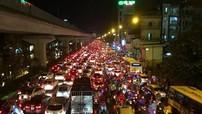 """Đường Hà Nội tắc dài sau cơn mưa lớn, người dân """"vật vã"""" trở về nhà"""