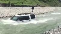 Tiếc tiền rửa xe, người đàn ông lái SUV hạng sang Land Rover xuống sông và cái kết