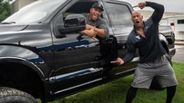 """Ngôi sao phim hành động """"The Rock"""" mua xe bán tải Ford F-150 tặng diễn viên đóng thế của mình"""