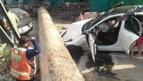 Mercedes-Benz C-Class bị cột sắt 4 tấn đè bẹp dúm, một cặp đôi thoát chết