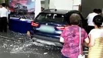 """Nữ tài xế """"thử độ an toàn"""" của BMW X1 bằng cách lao xe thẳng vào đại lý ô tô"""
