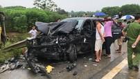 Ô tô khách lao qua dải phân cách, đâm trúng Toyota Fortuner trên cao tốc Nội Bài - Lào Cai
