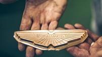 Bên trong nhà máy 199 năm tuổi chuyên chế tạo logo cho Aston Martin