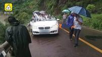 Tảng đá rơi trúng xe BMW khiến 3 người trong một gia đình chết thảm