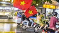 Olympic Việt Nam thua trận 1-3, người dân Hà thành vẫn ra đường cỗ vũ dưới trời mưa lớn