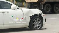 Hà Nội: Rolls-Royce Ghost hư hỏng nặng sau tai nạn với xe máy chở hàng