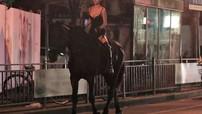 Cô gái ăn mặc gợi cảm cưỡi ngựa dạo phố trong đêm khiến ai cũng phải ngoái nhìn