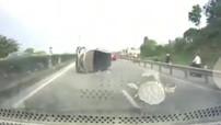 Quảng Ninh: Va chạm với Mazda2 chạy cùng chiều, Hyundai Santa Fe bị lật