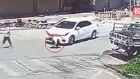 Ngồi xuống giữa đường buộc dây giày, nam thanh niên bị ô tô đâm và cuốn vào gầm