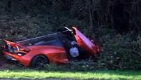 Siêu xe McLaren 720S màu cam bị phát hiện hư hỏng nặng trong một bụi rậm