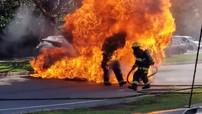 Toyota RAV4 cháy ngùn ngụt khiến bình xăng phát nổ, lửa trùm lên 2 lính cứu hỏa