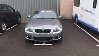 Hình ảnh chiếc xe sang BMW chiếm 2 chỗ đỗ khiến cư dân mạng tranh cãi