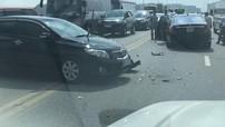 Toyota Corolla Altis va chạm với Mercedes-Benz S500 khiến cầu Vĩnh Tuy tắc cứng