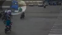 Sài Gòn: Bị xe tải đâm trúng, tài xế GrabBike thoát chết trong gang tấc