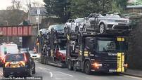 Tai nạn hy hữu khiến hàng loạt chiếc Range Rover bị bạt nóc, biến thành xe mui trần