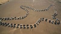 Chứng kiến 180 chiếc SUV Nissan xếp thành hình chim ưng trên sa mạc để lập kỷ lục Guinness