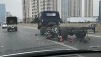 Hà Nội: Đi xe máy vào đường cấm và vượt ô tô tải, 2 thanh niên bị thương nặng