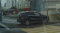 """""""Tạt đầu"""" xe buýt để rẽ phải, tài xế lái Mercedes-Benz ML-Class nhận quả báo tức thì"""